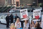 Attivisti davanti al consolato del Giappone a los angeles per protestare contro il massacro di delfini a taiji. — Foto Stock