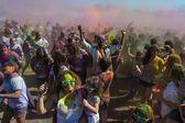 Lidé slaví festival holi barev. — Stock fotografie