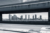 View of buildings framed by de FDR Drive in New York — Stock Photo