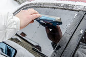 Cleaning the car windscreen — Stock Photo