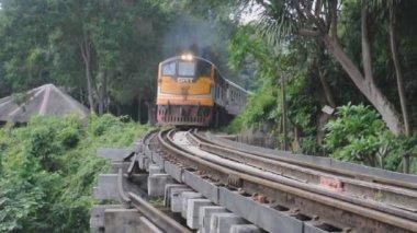 Trein verplaatsen op de brug over rivier kwai kanchanaburi thailand — Stockvideo