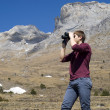 Mountain hiker looking through binoculars — Stock Photo