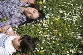 Spanie relaks na trawie z oczu dziewczyny zamknięte — Zdjęcie stockowe