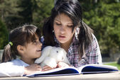 Hermanas leyendo libro juntos — Foto de Stock
