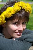 一个花圈的女人 — 图库照片
