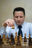 Man playing chess — Stockfoto