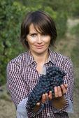 Frau in Weingarten — Stockfoto