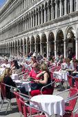 Outdoor cafe scene in San Marco square in Venice — Stock Photo