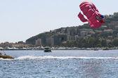 Den fallschirm über dem meer — Stockfoto