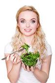 Portrét mladé krásné ženy jíst čerstvý salát — Stock fotografie