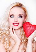Usměvavá dívka s valentýnským srdcem — Stock fotografie