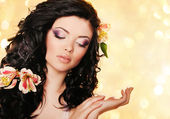 Moda młoda kobieta z kwiatami — Zdjęcie stockowe