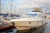 Un yate de lujo en el yacht club — Foto de Stock