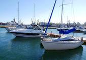 Boten en jachten, staande op de oever van de haven — Stockfoto