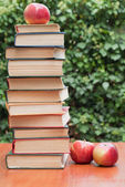 Books and apples on the table — Stock Photo