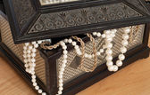 Old chest with pearl necklace — Stock Photo
