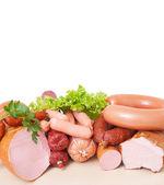Et ve sosis. beyaz bir arka plan üzerinde izole kırpma yoluyla dahil — Stok fotoğraf