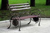 Metallo forgiato panchina nel parco d'autunno — Foto Stock
