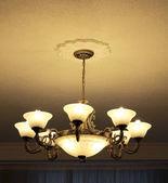 Bronzový lustr 8lampa pohled ze strany — Stock fotografie