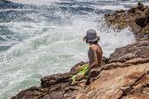 Teen sitting on cliffs — Stock Photo