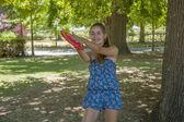 Ung kvinna utomhus gungade en frisbee — Stockfoto
