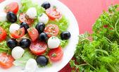 Caprese salad with tomato, olives and mozzarella — Stockfoto