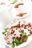 クリスマス ツリーとお茶の形をしたクッキー — ストック写真