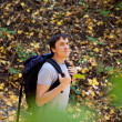 Man tourist on a background autumn nature looking up - Foto Stock
