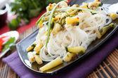 Rijstnoedels met koriander en bonen — Stockfoto