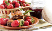 Strawberry morning. Berries and delicious cakes — Stock Photo