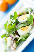 Spring salad with spinach and egg — Stock Photo