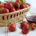 Strawberry jam and ripe strawberries — Stock Photo #21304025