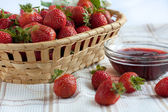 Strawberry jam and ripe strawberries — Stock Photo