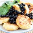 Cottage cheese pancakes with blackcurrant - 图库照片