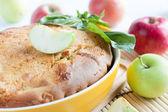 Připravené červený koláč s čerstvým jablka — Stock fotografie