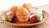 Muffins with strawberry and cream cheese — Stock Photo