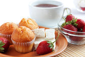 Breakfast: strawberry, cream cheese, muffins, tea — Stock Photo