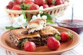 Baklava est noyer et fraises fraîches — Photo
