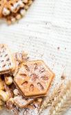 红润的自制华夫饼干配粉和小麦的耳朵 — 图库照片