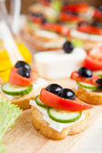 Delicious canapés and fresh vegetables — Fotografia Stock