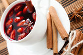 Mulled wine flavored with cinnamon and spices — Stock Photo