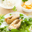 Garnish fried fish, rice and steamed vegetables — Stockfoto