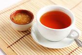 Duftenden heißen tee mit honig — Stockfoto