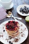 Krokante pannenkoeken met bessen op boven, geurige dessert — Stockfoto