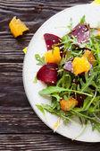 świeże sałatki z buraków i pomarańcze — Zdjęcie stockowe