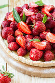 Tart with custard and fresh strawberries — Stock Photo