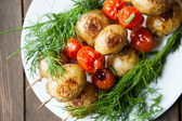 Vegetable skewers, baby potatoes and tomatoes — Stock Photo