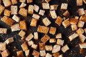 Brood kleine vierkantjes, zelfgemaakte croutons — Stockfoto