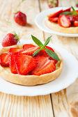 Krokante taartje met zoete aardbei dessert — Stockfoto