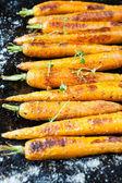 Hele gebakken wortelen met staarten — Stockfoto
